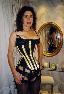 Cathie in a corset of Madame Diane Medeq with a waist size of 38 cm.